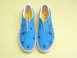 Zapatillas pintadas online-Zapatos de dibujos animados de lona pintados a mano Snoopy Graffiti Zapatos pintados a mano Zapatillas bajas azules Mocasines Hombres Mujeres Zapatos Ofertas baratas