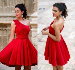 Vestidos cortos de un hombro rojo online-2017 vestidos de cóctel cortos plisados rojos una línea de fiesta vestidos de fiesta para niñas con apliques de encaje vestidos de graduación de un hombro