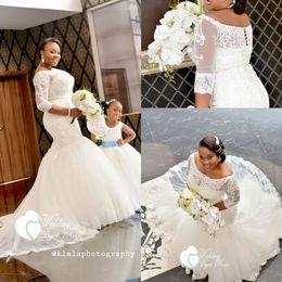 Off ombro meio vestido de casamento manga on-line-Vestidos De Casamento Africano 2018 Plus Size Meia Manga Lace Apliques Fora Do Ombro Sereia Vestidos De Noiva Botão Covereed Custom Made