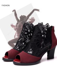 Scarpe da ballo nuove scarpe da ballo nere rosse con cinturino in pizzo Scarpe da ballo latine con stivaletti regolati con il tacco largo strette da scarpe da ballo latino donna fornitori