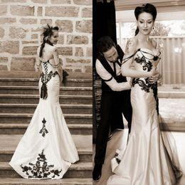 Vestidos pretos vintage preto on-line-Vestido de casamento clássico gótico do vintage preto e branco vestidos de casamento querida sem mangas Lace apliques espartilho vestidos de noiva com Beading