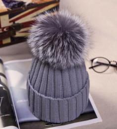 2019 chapéu cinzento do bobble Real Fox Fur Grey Casual 12 centímetros Sólidos Pom Pom Wool Hat Inverno para mulheres quentes Malha Bobble Chapéus tampões do crânio Hip Hop Cap Bonnet Mq002 chapéu cinzento do bobble barato