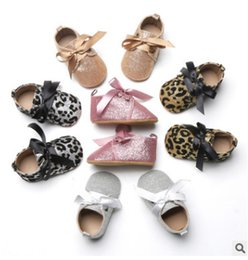 Wholesale Girls Black Bedding - Baby shoes shining toddler kids Bows soft bottom first walkers infant leopard grain bed shoes 2018 spring baby girls casual shoes R1676