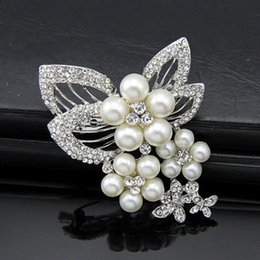 Wholesale Bridal Jewelry Coral Wedding - Classic fashion wild exquisite diamond pearl brooch popular clothing bridal party jewelry brooch wholesale selling