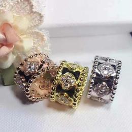 Fiore di rosa per amore online-Nuovo design Anello punk in oro con materiale fiore in ottone di alta qualità con fiore di trifoglio e diamante per gioielli regalo anello donna PS6412