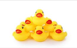 led produits en plastique Promotion Matière plastique et PVC Type en plastique drôle canard en caoutchouc jouets bébé piscine natation jouet mini canard jaune bruit jouet jouet canard livraison gratuite