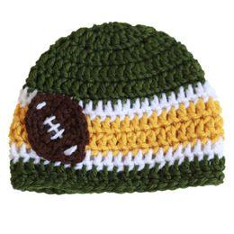 Fútbol recién nacido online-Crochet Green Football Baby Beanie hecho a mano Crochet Baby Boy Girl Football Beanie Infant Newborn Photo Prop Kids Winter Hat Baby Shower regalo