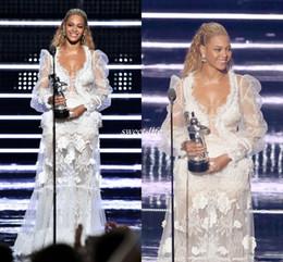 Robe de bal blanc à la longue plume en Ligne-Sexy 2020 Beyonce Manches Longues Robe De Soirée Blanche Scoop Décolleté En Plume Dentelle Applique Beyonce Robes De Bal Illusion Robes De Célébrité Formelle