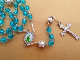 Neue Mode Religiöse Schmuck Zubehör 8 mm Blau Perlen Lange Kreuz Acryl Metall Rosenkranz Halskette Großhandel von Fabrikanten