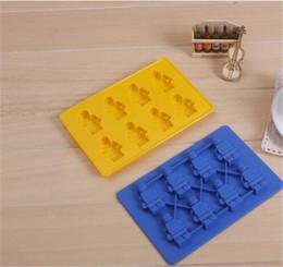molho de chocolate em cuba de cubo de gelo de silicone Desconto Bandeja de cubos de gelo em forma de robô mini robô figura Silicone bandeja de molde de bolo de chocolate azul / amarelo
