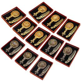 Miroir de maquillage classique rétro vintage Compact miroir cuivre doré évider cosmétique tenue miroir à main avec peigne à cheveux miroir gravé 2805039 ? partir de fabricateur