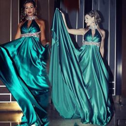 Vestido sin espalda verde esmeralda online-Cristales de esmeralda verde con cuentas cabestro vestidos de noche 2017 sin mangas sexy Backless Vestidos de baile palabra de longitud vestidos de fiesta formales baratos