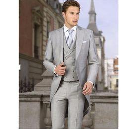 Al por mayor-hombres abrigo pantalón de tres piezas trajes gris claro por  encargo traje esmoquin cola larga novio traje de la boda 2017 chaqueta + ... 6088828046b