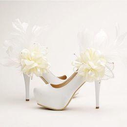 Feather kleider für brautjungfern online-Süße Blumenfeder Brautschuhe Mode Pfennigabsatz Plattformen Partei Schuhe weißem Satin Brautkleid Pumps Brautjungfer Schuhe
