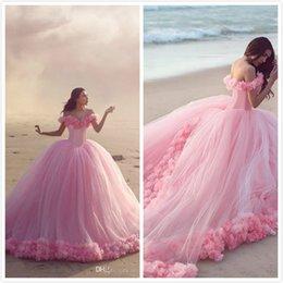 Vendita calda 2018 Abiti Quinceanera Off the Shoulder Abiti di sfera Abiti Sweet Sixteen Girl Abiti Quinceanera con fiore fatto a mano Baby Pink da