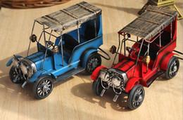 Ornamentos em metal velhos on-line-Brinquedos Modelo de Carro de Metal do vintage-Retro Wecker Modelo Velho Carro Ferro Arte Artesanato Foto Adereços / Presente de Natal / Home Bar Café Decor / Ornamento