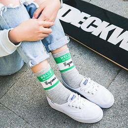 Оптовые белые школьные носки онлайн-Оптовая классические женщины хлопок экипаж носки ретро старая школа хип-хоп коньки короткие белый черный красный harajuku дешевые прохладный