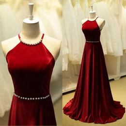 Vestido vermelho escuro halter on-line-Elegante Vermelho Escuro A Linha Vestidos de Noite Halter Backless Longo de Veludo Vestidos de Noite com Mulheres Frisado Vestidos de Baile 2017 Online