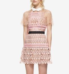 Novo design de moda das mulheres peter pan gola bonito poncho manto estilo de manga curta rosa cor de renda de crochê floral oco para fora de uma linha vestido de