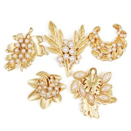 Wholesale Christmas Pins Bulk - 30pcs Mixed Bulk Pins Wedding Bridal Decoration Matte Gold Colour Flower Pearl Brooches Brooch Bouquet Rhinestones Collar button Christmas