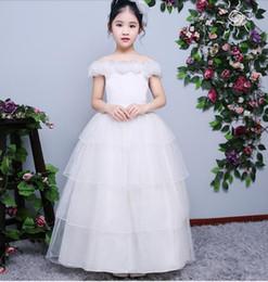 Abiti bianchi online-Cap Sleeve White A-line Flower Girls Abiti a mano Fiore Tulle Kids Pageant Abiti da festa di compleanno Robes riempie Fleur per il matrimonio