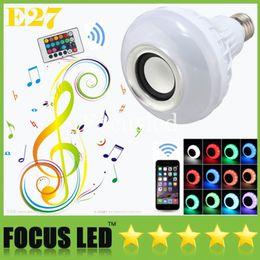 Bombilla de luz inteligente bluetooth online-Vendedor caliente LED Color RGB Bombillas Luces Lámparas E27 Altavoz inteligente Bluetooth inalámbrico Control remoto Música Audio Traje de altavoz para iphone