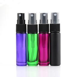 Bottiglie di vetro verde spray all'ingrosso online-Bottiglia di profumo riutilizzabile portatile di vendita calda 10ml Bottiglia di spruzzo di viaggio dell'olio essenziale nero / verde / viola di vetro Trasporto libero all'ingrosso