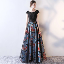vestito da promenade aperto dell'arco posteriore Sconti Scoop A-Line Cap Sleeve Lace abiti da sera lunghi abiti da cerimonia neri con stampa fiore aperto indietro Prom Dresses
