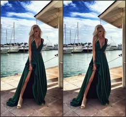 Tappeto verde cacciatore online-Hunter Green High Split Side Prom Dresses Profondo scollo a V A Line Ruffles Satin Sassy Evening Party Gowns Sexy Red Carpet Gowns