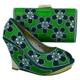 Flores verdes bombas online-Las zapatillas más populares para damas con una bonita decoración floral en forma de rhinestome y un conjunto de bolsos de tacón alto, 10.5 cm, zapatos 1308-L74 verde