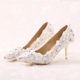 Zapatos de boda formal de damas blancas online-Novia de la flor hermosa del cordón de zapatos blancos de punta estrecha talones de estilete los zapatos de vestido formal de la boda del partido de eventos de baile zapatos de la señora talones