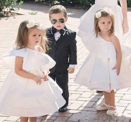 Mini vestido lindo de las muchachas de las flores para las bodas un hombro longitud de la rodilla primeros vestidos de la comunión vestidos del desfile de la muchacha preciosa del satén desde fabricantes