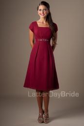 Vermelho escuro Curto Modest Vestidos Dama de Honra Com Mangas Curtas Chiffon Praia Noivas Vestidos de Empregada Barato Informal Vestidos de Festa de Casamento Personalizado de