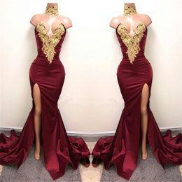 2019 sexy rote rückenfreie seiten kleider Gold SpitzeAppliques Sexy Meerjungfrau Stehkragen Vorder Split Abendkleid Burgund Satin Abendkleid vestido curto