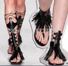 Vente 2016 Sexy Noir Antique Grec Flats Gladiator Sandales Femmes Frange Genou Haute Bottes D'été Chaussures Femme Sandalias Femininas ? partir de fabricateur