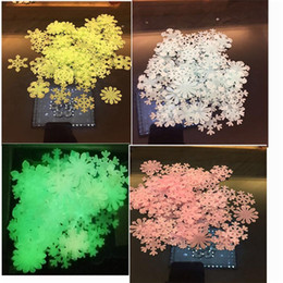 черная красная стена отличительные знаки Скидка 50 Pieces Lot Lovely 3D Luminous Snowflakes Wall Stickers Home Glow In The Dark Snowflakes For Kids Fluorescent Stickers Decoration 3cm
