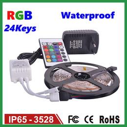 2019 tira led 3528 blanco frio Tiras de LED Juego de 5M 3528SMD Tira de luz LED de 60 LED Impermeable Controlador remoto IR de 24 teclas Adaptador de fuente de alimentación Luz de tiras de LED blanco / rojo / RGB