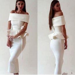 Roupa de chá on-line-Vestidos de Cocktail Sereia De Cetim Branco Vestido de Baile Árabe Dubai Mulheres Fora Do Ombro Chá Comprimento Peplum Noite Ocasião Vestidos de Festa Desgaste