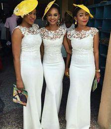 2019 estilos de encaje de boda blanco nigeriano Funda de encaje blanco Vestido de novia de cuello escarpado Invitados de boda Estilo nigeriano Longitud del piso Vestidos de dama de honor Vestido de dama de honor por encargo estilos de encaje de boda blanco nigeriano baratos