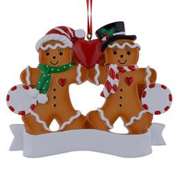 Artículos navideños online-Maxora Resin Gingerbread Family Of 2 adornos navideños con manzana roja como regalo de artículo personalizado novedad para vacaciones y decoración para el hogar