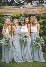 Barato dos piezas de vestidos de dama de honor azul polvoriento con cuello en V una línea de longitud de piso vestido de invitados formal de la boda gasa de dama de honor vestidos personalizados desde fabricantes