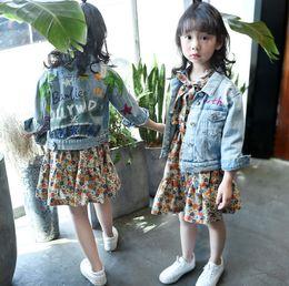 niños de graffiti Rebajas Big Kids girls denim chaqueta niños carta hoja DIY graffiti abrigo niño solapa agujero jeans tops outwear chica floral impreso vestidos R0309