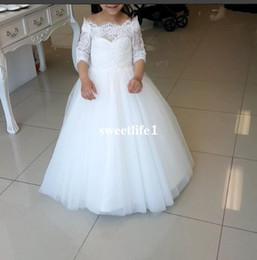 2021 abiti gonfi halloween lungo bianco Pizzo bianco dalla spalla Flower Girls Dresses per 2019 manica lunga posteriore con fiocco Puffy Tulle Kid Birthday Party Gown Custom Made Cheap On