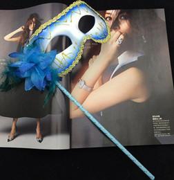 2019 máscaras de mascarada con plumas palos Venetian Masquerade flor de la pluma del brillo de las mujeres máscara en el palo Mardi Gras Costume Halloween Carnaval Mango Stick Party máscaras de suministros festivos máscaras de mascarada con plumas palos baratos