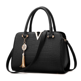 Wholesale Female Crocodiles - Crocodile Leather Women Bag V Pendant Designer Handbag Luxury Quality Lady Shoulder Crossbody Bags Fringed Female Messenger Handbags Bag