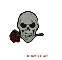 patch all'ingrosso fiore rosa teschio ricamato 10pcs ferro sulle patch stirare i vestiti ricamo Cross Bones Patch applique bandiera pirata supplier wholesale embroidered flag da bandiera ricamata all'ingrosso fornitori