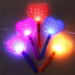 Corazón de plástico se enciende online-Moda Luminoso Juguete Forma de corazón Mini Stick fluorescente Múltiples funciones Plástico LED Iluminar palos Para Bar Apoyos de concierto