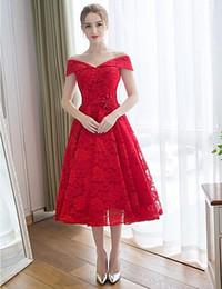 Vestido de dama de honor de encaje rojo Una línea Vestido de invitado de boda de longitud de té barato Fuera de hombro Vestido de novia con cordones y espalda sin mangas de raso desde fabricantes