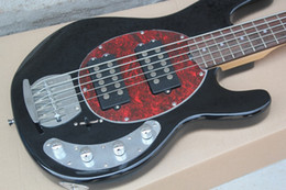 Hombre de musica bajo negro online-Music Man 5 cuerdas bajo Ernie Ball StingRay Black Guitarra eléctrica roja MOP Pickguard 9V Battery Active Pickups Envío de la gota