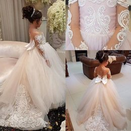 2019 conception de robe petite fille cou 2018 Nouveau Design Sheer Jewel Neck Dentelle Applique Petite Fleur Filles Robes Tribunal Train Long Illusion Manches Fille Pageant Dress Personnalisé conception de robe petite fille cou pas cher